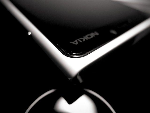 Nokia Lumia 920 Ecke mit Logo (noir)