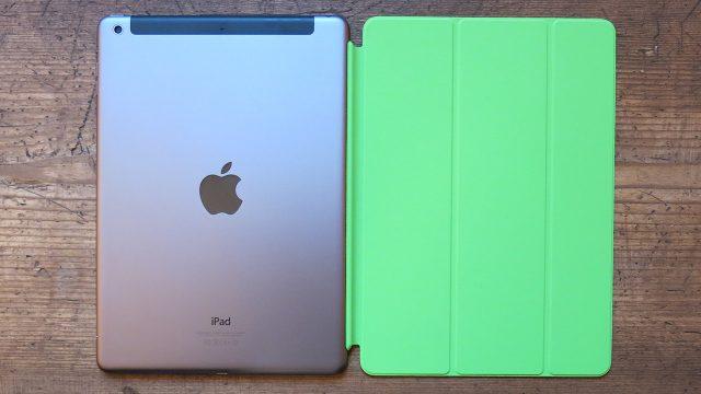 iPad Air in Spacegrau mit grünem Smart Cover