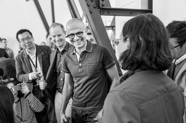 Satya Nadella mit Journalisten beim Launch von Office für das iPad