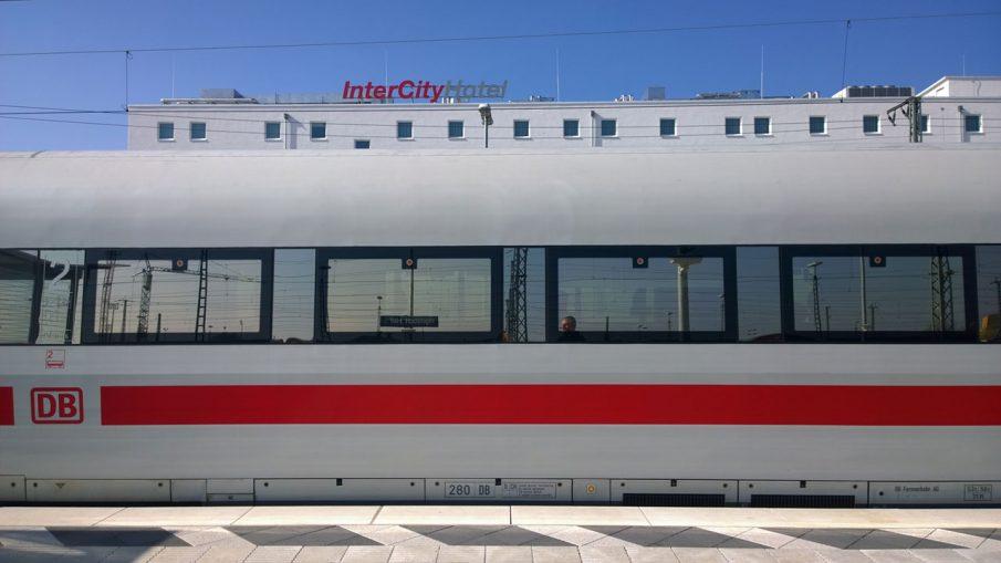 ICE der Deutschen Bahn im Bahnhof Ingolstadt